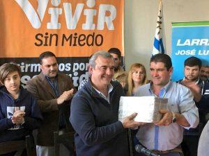 José Luis Molina entrega a Jorge Larrañaga 5 mil firmas de vivir sin miedo